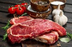 Biftecks de boeuf crus avec du sel et des épices photos stock