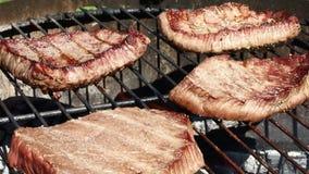 Biftecks de boeuf grillés faisant cuire sur le gril de barbecue clips vidéos