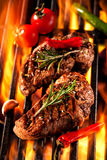 Biftecks de boeuf sur le gril image libre de droits