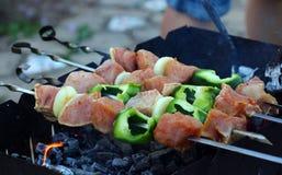 Biftecks de boeuf sur le gril avec des flammes photographie stock
