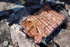 Biftecks de boeuf sur le gril avec des flammes De la belle viande sur le gril est faite frire sur le charbon de bois Jeunes adult Photographie stock libre de droits