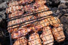 Biftecks de boeuf sur le gril avec des flammes De la belle viande sur le gril est faite frire sur le charbon de bois Jeunes adult Photos libres de droits