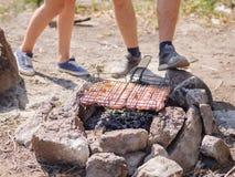 Biftecks de boeuf sur le gril avec des flammes De la belle viande sur le gril est faite frire sur le charbon de bois Jeunes adult Photo libre de droits