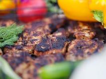 Biftecks de boeuf sur le gril avec des flammes De la belle viande sur le gril est faite frire sur le charbon de bois Jeunes adult Images libres de droits