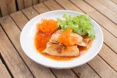 Biftecks de poissons d'un plat blanc image stock
