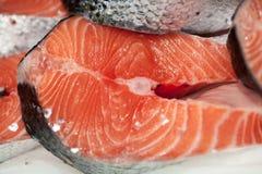 Biftecks de poissons rouges surgelés sur un marché image stock