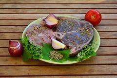 Biftecks de thon et d'espadons avec des épices, vue de côté Images libres de droits