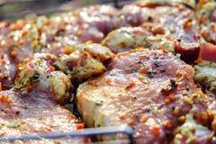 Biftecks de viande de boeuf Cou cru frais de porc pour le bifteck avec des épices d'herbe sur un gril de barbecue image libre de droits