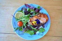Biftecks des poissons rouges avec le citron et la sauce Photo stock