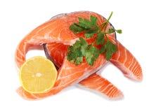 Biftecks des poissons rouges avec un citron et un persil photographie stock