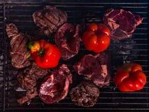 Biftecks et légumes sur le gril de BBQ de charbon de bois photographie stock