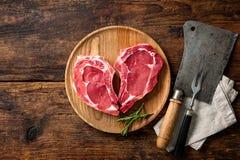 Biftecks frais crus de viande de veau de forme de coeur images libres de droits
