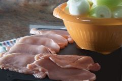 Biftecks frais de porc pour le gril photographie stock