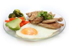 Biftecks grillés de poulet avec l'oeuf et vetgetables sur le fond blanc Photos libres de droits