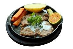 Biftecks grillés, pommes de terre cuites au four et légumes, d'isolement sur le blanc Photographie stock libre de droits