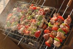 Biftecks marinés de poulet sur un gril Photos stock