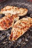 Biftecks marinés de poulet sur un gril Photo stock