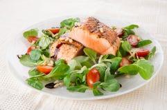 Biftecks saumonés frits rares dans la plaque Images stock