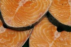 Biftecks saumonés sur le marché Photo libre de droits