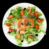 Biftecks saumonés frits rares d'isolement sur le noir Images stock