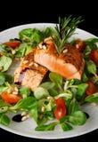 Biftecks saumonés frits rares d'isolement sur le noir Photographie stock