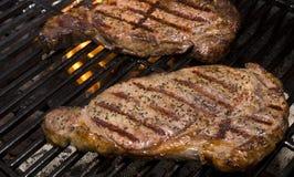 Biftecks sur le gril Photos libres de droits