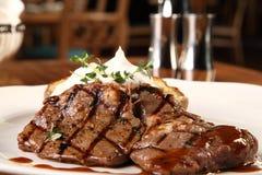 Biftek avec la pomme vapeur Photos stock