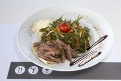 Biftek et salade de rucola photos stock