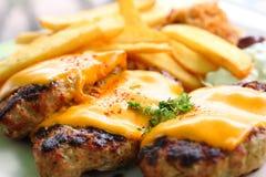 Bifteki mit Käse von schaaf kase Stockfotos