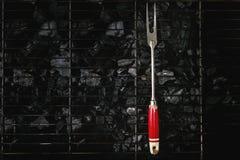 Bifurcación de la barbacoa en el carbón de leña Fotografía de archivo