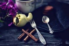 Bifurcación de la cucharita de café y de la fruta del vintage Canela, café y macarrones en la tabla vieja foto de archivo libre de regalías