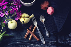Bifurcación de la cucharita de café y de la fruta del vintage Canela, café y macarrones en la tabla vieja Foto de archivo