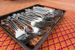 Bifurcación del acero inoxidable en bandeja de madera fotografía de archivo libre de regalías