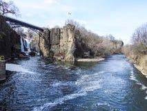 Bifurcación del río de Passaic en Paterson, NJ Imagen de archivo