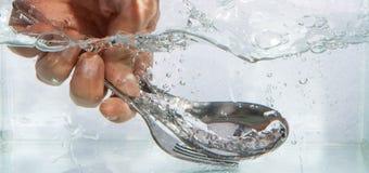 Bifurcación y cuchara con agua de la burbuja Imágenes de archivo libres de regalías
