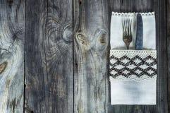 Bifurcación y cuchillo de los cubiertos adornados con el paño del vintage Fotografía de archivo