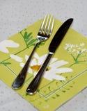 Bifurcación y cuchillo del vintage en una tabla de mármol blanca Fotos de archivo libres de regalías