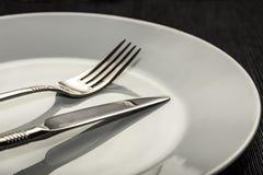 Bifurcación y cuchillo en la placa Imagenes de archivo
