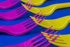 Bifurcaciones plásticas púrpuras y amarillas coloridas en azul imagenes de archivo