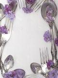Bifurcaciones y cucharas con las flores frescas Fotografía de archivo libre de regalías