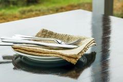 Bifurcaciones y cuchillos de los cubiertos en una tabla de madera Foto de archivo libre de regalías