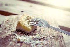 Bifurque en pedazo de tostada dulce con el azúcar en la placa de madera Imagen de archivo