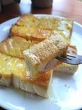 bifurque-se com pão brindado com manteiga e leite condensado imagem de stock