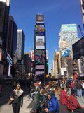 The big apple. Manhattan y time square, con un gran numero de personas a su alrededor Royalty Free Stock Photography