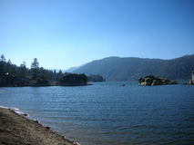 Big bear湖、水、岩石和杉树 免版税库存照片