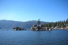 Big bear湖,山的湖 免版税库存照片