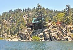 Big Bear Lake/kabin som förbiser laken Arkivfoto