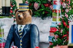 Big Bear Zahl vor Weihnachtsbaum Lizenzfreie Stockbilder