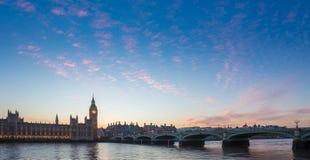 Big Ben και γέφυρα και το Κοινοβούλιο του Γουέστμινστερ με τα ζωηρόχρωμα σύννεφα στο σούρουπο, Λονδίνο, UK Στοκ Εικόνα