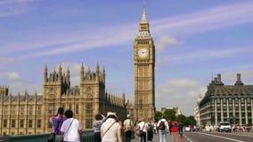 Big Ben και σπίτια του Κοινοβουλίου στο Λονδίνο, δρόμος με έντονη κίνηση απόθεμα βίντεο